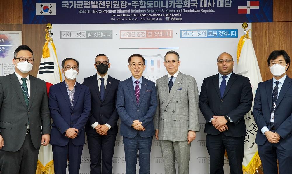 <사진2> 국가균형발전위원회 사무실을 방문한 꾸에요 까밀로 대사, 김사열 국가균형발전위원장과 관계자들이 기념촬영을 하고있다.