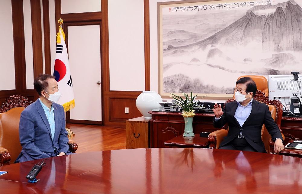 <사진1> 11일 김사열 위원장이 박병석 국회의장을 예방하여 균형발전정책에 대해 논의하고 있다.