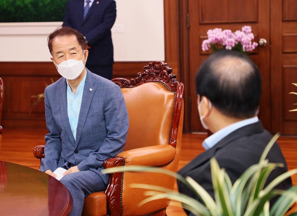 <사진2> 11일 김사열 위원장이 박병석 국회의장에게 국가균형발전 과제 실현을 위한 국회의 지원을 요청하고 있다.