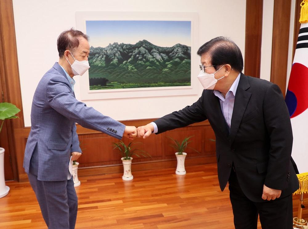 <사진3> 11일 김사열 위원장과 박병석 국회의장이 악수를 하고 있다.