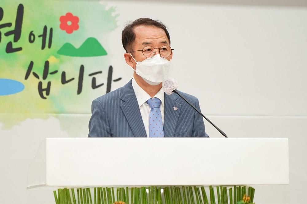 <사진2> 18일 순천 국제습지센터에서 개최된 '지역혁신 균형발전 전남·경남지역 토론회'에서 김사열 위원장이 축사를 하고있다.