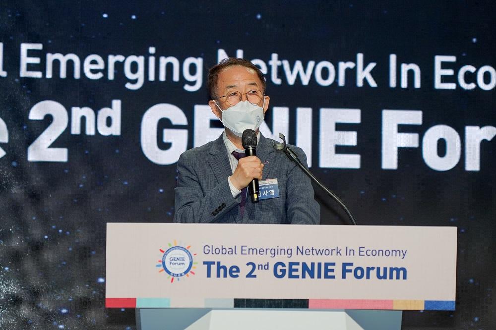 29일(수) 전주시 라한호텔에서 개최된 제2회 지니포럼(GENIE Forum)에서 김사열 국가균형발전위원장이 개회사를 하고 있다.