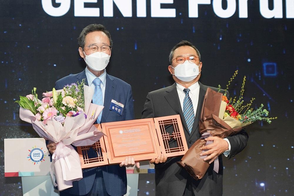 29일(수) 전주 라한호텔에서 개최된 제2회 지니포럼(GENIE Forum) 개막식에서 구자열 한국무역협회 회장 겸 LS그룹 회장(오른쪽)이 지니 어워즈을 수상했다.