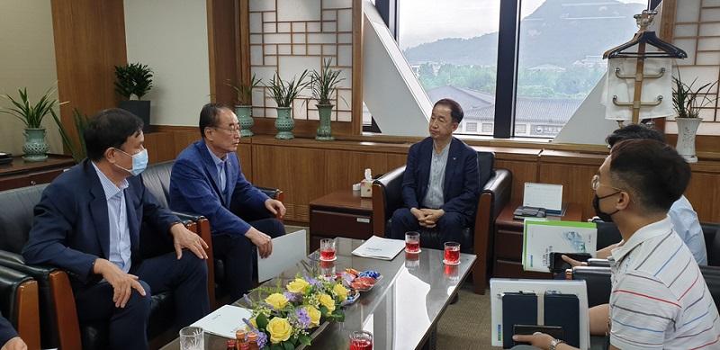김사열 위원장, 장세용 구미시장 환담 사진