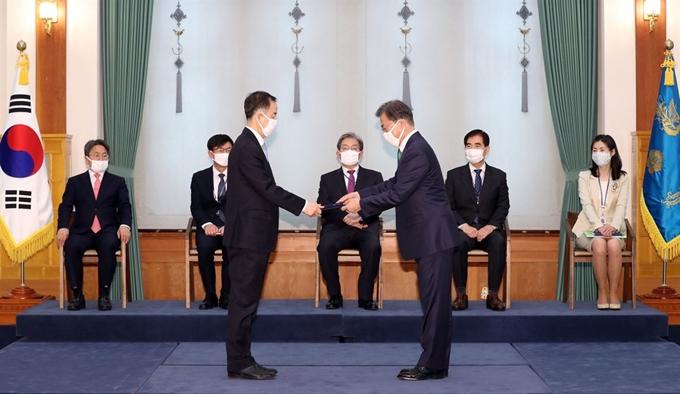 문재인 대통령, 김사열 균형위원장에게 위촉장 수여 사진